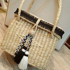 Mi nueva carterita favorita 🖤 Sí deseas una igualita, info al inbox 👉🏼 📩 Medidas: 15cm Alto x 19cm Largo x 12cm Ancho . . #carteras #bolsos #bags #wicker #wickerbag #paja #pajilla #carteradepajilla #borlas #tassel #camel #black #white #girly #luxury #beautiful #baglover #blogger #peruvianblogger #bloggerperuana #style #fashion #ootd #picoftheday