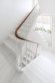 White stairs in a Scandinavian house in the center of Ghent Scandinavian House, White Staircase, Staircase Design, White Banister, Painted Stairs, Wooden Stairs, Banisters, House Stairs, White Cottage