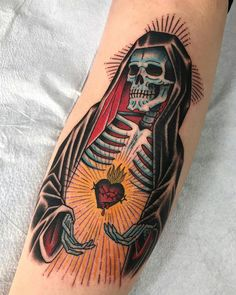 Best Old School Tattoo Ideas. We have a photo gallery featuring cool and meaningful tattoo ideas. And in case you are curious, discover the brief history of tattoo art, as well. Visit our Website for more coll tattoos and everything about tattoos. Tribal Rose Tattoos, Skull Tattoos, Foot Tattoos, Body Art Tattoos, Sleeve Tattoos, Dragon Tattoos, Tattoo Tod, Death Tattoo, Reaper Tattoo