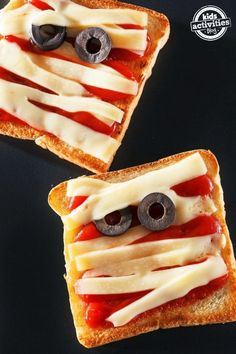 4 {Not So Scary} Halloween food and snack ideas Fun and yummy Halloween lunch ideas for a festive kids meal. Halloween Snacks, Plat Halloween, Buffet Halloween, Comida De Halloween Ideas, Scary Halloween Food, Recetas Halloween, Scary Food, Hallowen Food, Halloween Treats For Kids