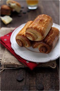 Les pains au chocolat se réalisent avec une pâte levée feuilletée dans laquelle on ajoute quelques carrés de chocolat noir, avant de les façonner, dorer et