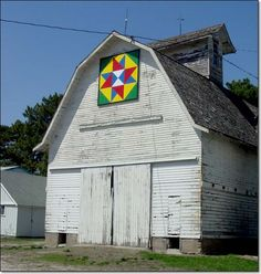 looks like the barns in & around Kalona, Iowa with different quilt patterns painted on them I really enjoy looking for barn quilts now when i am driving Amish Barns, Old Barns, Barn Quilt Designs, Quilting Designs, Painting Patterns, Quilt Patterns, Amish Culture, Painted Barn Quilts, Block Painting