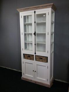 Landelijke witte vitrinekast; espagnolet en mand 104 cm.