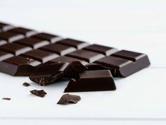 Những điều đáng kinh ngạc về tác dụng của socola đen mang lại Types Of Chocolate, Dark Chocolate Bar, Vegan Chocolate, Cheap Clean Eating, Clean Eating Snacks, Anti Oxidant Foods, Recipe For Teens, Stress Eating, Burn Belly Fat Fast