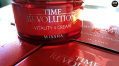 Consigue una piel suave, sedosa, sin arrugas, firme y uniforme como la porcelana. Time Revolution Vitality Cream de Missha.  Una crema Antiedad que revitaliza, hidrata y reafirma la piel cansada y desigual.  Tratamiento intensivo, efecto Anti-Envejecimiento.    #cosmeticacoreana #skinthinks #timerevolution #missha #cuidatupiel