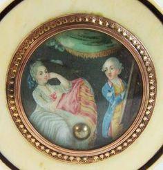 Tabatière érotique, 18e siècle (vers 1780), en ivoire et écaille.  Dans le couvecle une fenêtre laisse apparaitre une miniature peinte sur ivoire. Celle-ci cache un système qui transforme une scène anodine en scène érotique .