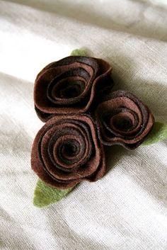 Felt roses: more easy felt gift adornments-tutorial… Felt Roses, Felt Flowers, Diy Flowers, Fabric Flowers, Fabric Crafts, Sewing Crafts, Felt Flower Tutorial, Rose Tutorial, Felt Tutorial