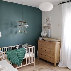 creates a calming and intimate feel in this beautiful nursery, while works to bring light and space. 📷 by…