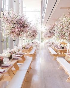 This reception set up is fit for a royal couple - look at all those stunning hanging blooms ❤️ Anyone know who designed it? Found it via…