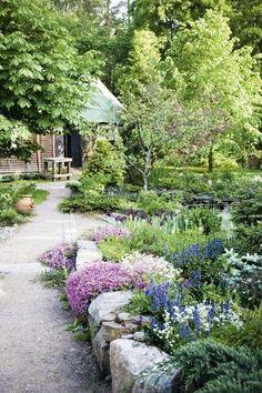Ogród przed domem: 12 pomysłów, które Cię urzekną [GALERIA]