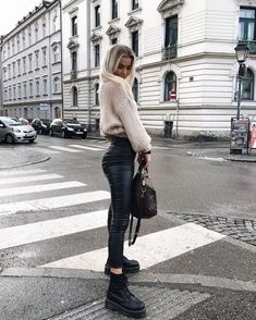 winter outfits with leggings Karen Hughes Hearty. Athleisure Fashion, Athleisure Outfits, Sporty Outfits, Mode Outfits, Trendy Outfits, Sporty Clothes, Fitness Outfits, Lazy Outfits, School Outfits