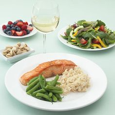 What to Eat for Dinner to Lose Weight ... When you're trying to slim down, every meal—and calorie—counts. But that doesn't mean that dinner has to be a skimpy salad. You can build a filling, diet-friendly dinner (that includes dessert) around four slimming ingredients: greens, protein, grains, and dessert.