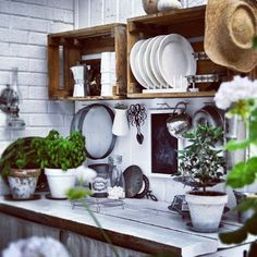 Could I make open shelves like this for my kitchen with wood crates and then put decorative shelf brackets under them? I'm dying: this is a good idea. white tile + loads of plants caixotes Kitchen Dining, Kitchen Decor, Kitchen Corner, Green Kitchen, Rustic Kitchen, Kitchen Plants, Dining Room, Nice Kitchen, Cozy Kitchen