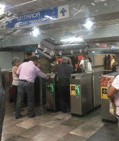 Viajan en el metro de Ciudad de México con ataúd   El Puntero