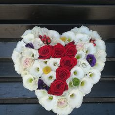 cifra 7 din trandafiri, completat cu lisianthus alb si mov, santini, minirosa si hiperycum Floral Wreath, Boxes, Wreaths, Flowers, Plants, Decor, Floral Crown, Crates, Decoration