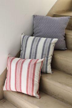 Almohadones importados con stock limitado. Almohadones cuadrados Medidas: 45 x 45 cm Estampados: zig -zag , y rayas en azul y rojo. Consultar por diseñ...
