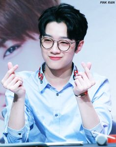 Wanna-One - Lai Guanlin V Cute, Cute Boys, Jinyoung, Guan Lin, Lai Guanlin, Dream Boy, Fandom, Ha Sungwoon, Flower Boys