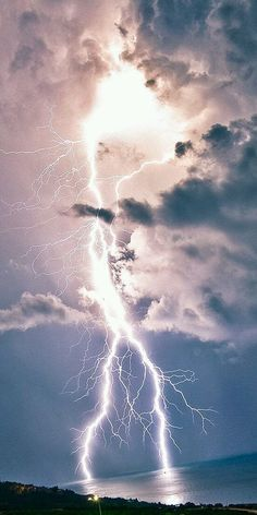 This sky has the capability of great harm. However, it's such a site people get tend to forget it's dark side. Lightning Photography, Nature Photography, Photography Tips, Portrait Photography, Wedding Photography, Beautiful Nature Wallpaper, Beautiful Sky, Pictures Of Lightning, Thunder And Lightning