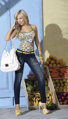Blusa con espalda en contraste y jean con rotos