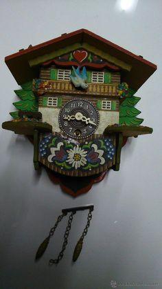 Reloj CUCU. De madera pintado a mano.