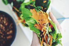Salaattitacot ja Sriracha-maapähkinävoikastike