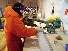 À Talos Dome en 2005-2006, Frédéric Parrenin coupe une carotte de glace avant de l'emballer.