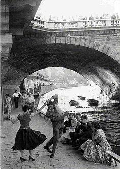 Jeunes Dansant le Rock'n'Roll sur les quais de Paris, annees 50 (Paul Almasy)