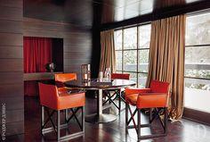 Jardim de Inverno.  Folding poltronas de couro e uma mesa com uma base de…