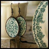 Boucles d'oreilles créées par Martina Hejmalova à partir de vaisselle en porcelaine ancienne