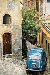 Fiat 600 in a narrow street - Castelmola - Sicily | von PascalBoegli.com