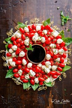 Caprese Salad Christmas Wreath is a festive and healthy appetiser for your Chris. Caprese Salad Christmas Wreath is a festive and healthy appetiser for your Christmas table! Only 5 Healthy Appetizers, Appetizers For Party, Appetizer Recipes, Appetizer Ideas, Easy Christmas Appetizers, Savory Snacks, Delicious Appetizers, Parties Food, Caprese Appetizer