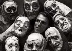 Maskers. Een groep spelers met maskers waarop emoties tot uitdrukking komen, tijdens een theaterstuk van Hans Weidt, een Duits kunstenaar(midden).  Berlijn, 1931.