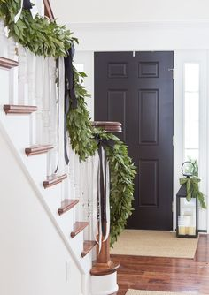 Classic Christmas entry with fresh bay leaf garland and decorated lanterns Classic Christmas entry with fresh bay leaf garland and decorated lanterns Black Christmas, Simple Christmas, Christmas Home, Xmas, Christmas Bedroom, Modern Christmas, Christmas Ideas, Christmas Staircase, Classic Christmas Decorations