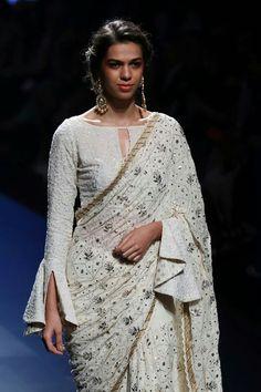 Must stich blouse Saree Jacket Designs, Saree Blouse Patterns, Sari Blouse Designs, Designer Blouse Patterns, Fancy Blouse Designs, Stylish Blouse Design, Trendy Sarees, Elegant Saree, Saree Look