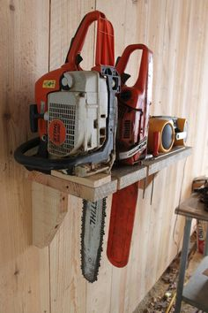 Chain saw storage rack