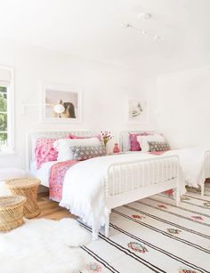 White walls that pop     White walls that pop:  www.stylemepretty...