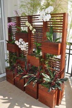 Ótima idéia de painel para deixar escondido o ar condicionado (condensador) que fica na varanda.: