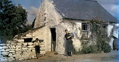 In a National Geographic photographer documented the Emerald Isle with one of the first color photography processes. Winter Photography, Color Photography, Irish Free State, Ireland Pictures, National Geographic Photographers, Irish Cottage, Photography Projects, Black And White Pictures, Old Photos