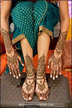 like how the mehendi on her feet looks like ornaments-