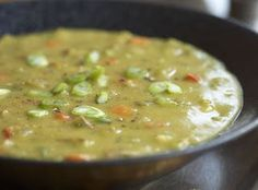 Hierdie is 'n droom sop om te maak in die hutspot! Indien jy wel kan beplan week die ertjies verkieslik vir meer as 'n uur of oornag. As jy vroeg oggend voor werk die mengsel in die pot sit, word jou neusvleuls gegroet soos jy by die Slow Cooker Recipes, Crockpot Recipes, Soup Recipes, Cooking Recipes, Amish Recipes, Pea And Ham Soup, Pea Soup, Soup With Ham, Green Split Peas