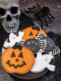 Great cookie decorating ideas for your Halloween party. Ghosts, pumpkins, and bats – oh my!