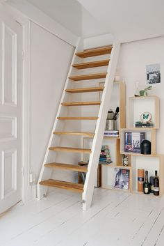 At indrette en bolig på 38 m² Tiny House Stairs, Attic Stairs, Attic Renovation, Attic Remodel, Loft Room, Bedroom Loft, Bedroom Small, Attic Rooms, Staircase Design