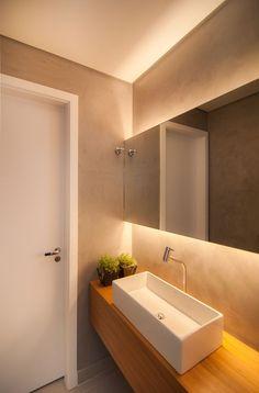 Banheiros - Uma boa sugestão de decorar com LEDs em seu banheiro é utilizar na parte superior no teto e também na parte do gabinete, podendo utilizar inúmeras lâmpadas LED ao invés de lâmpadas comuns, assim dando um toque moderno para o seu banheiro.