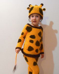 A giraffe crochet costume for your kids, being them girls or boys. Both will simply love it!