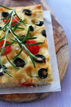 """Focaccia """"mi lecco i baffi"""" con olive nere, pomodorini e cipolla"""