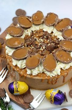 A No-Bake Cadbury's Caramel Cheesecake with a Buttery Biscuit Base, Chocolate Cheesecake filling with Cadburys Caramel Chunks, Whipped Cream, Caramel Drizzle, and Cadbury's Caramel Eggs! Creme Egg Cheesecake, No Bake Lemon Cheesecake, Caramel Cheesecake, Cheesecake Recipes, Chocolate Cheesecake, Cheesecake Desserts, Chocolate Cakes, Baking Recipes, Kinder Bueno Cheesecake