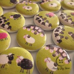 UK 49G 25 CUTE PIRATE WHITE WOODEN PAINTED BUTTONS 18mm Sewing~Knitting~Cards