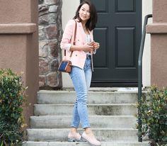 Look do dia com blazer rosa blush, jeans clarinho Colcci e Melissa Panapana rosa. Look perfeito para um dia de passeio.