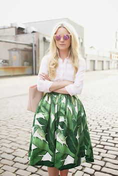 Summer Outfits That Are Super-Easy to Copy : Blair Eadie wears a button-down blouse, palm print midi skirt, blush pink tote, and matching mirrored sunglasses. Looks Style, Style Me, Look 2015, Moda Paris, Inspiration Mode, Mixing Prints, Mode Style, Printed Skirts, Look Fashion