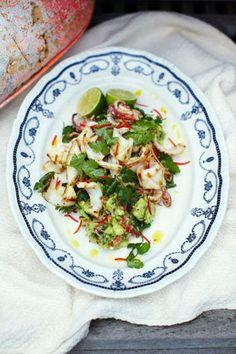 Рецепты для гриля. Приготовить кальмары и салат с кальмарами Еще долго будут актуальны рецепты для гриля. Сегодня говорить о том, как приготовить кальмары и салат с кальмарами, а к нему гаукамоле! А еще БОНУС – как красиво нарезать кальмаров!